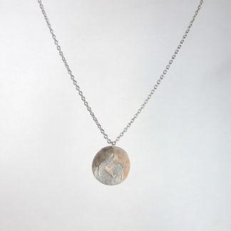 Pendentif médaille gravé la mère et l'enfant en aluminium sur chaîne acier inox.