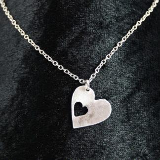 Pendentif petite médaille Cœur en aluminium sur fine chaîne acier inox.