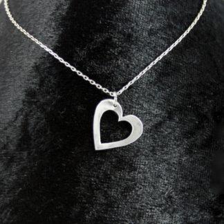 Pendentif Cœur ajouré en aluminium sur fine chaîne acier inoxydable.
