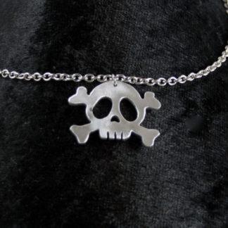 Pendentif tête de mort pirate en aluminium sur chaîne acier inoxydable.