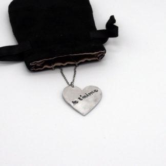 """Pendentif grand cœur """"Je t'aime"""" en aluminium sur fine chaîne acier inoxydable."""