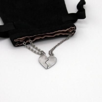 2 Pendentifs 1/2 Cœur pour couple en aluminium sur chaîne acier inoxydable.