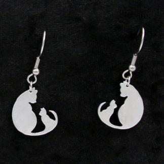 Boucle d'oreilles histoire de chat en aluminium sur crochet 1.7x1.8cm