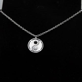 Pendentif Yin Yang avec perle en aluminium sur chaîne acier inoxydable.