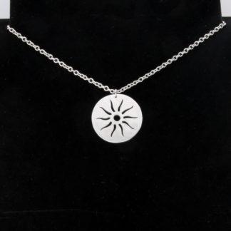 Pendentif médaille Soleil en aluminium sur chaîne acier inox.