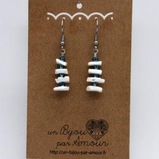 Boucles d'oreilles tour de coquillages et perles rocaille bleu.
